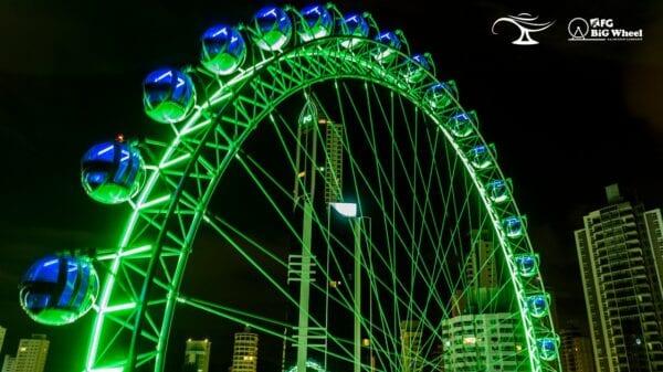 FG Big Wheel é iluminada em verde para homenagear os profissionais de enfermagem.