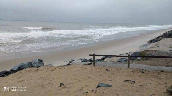 Esgoto despejado por caminhão na areia da praia